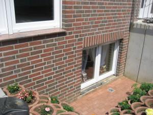 Abböschung vor Kellerfenster